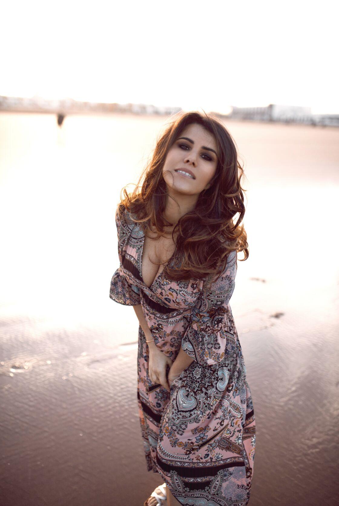 Karine Ferri adore les robes vaporeuses, très féminines qui mettent en valeur le décolleté.