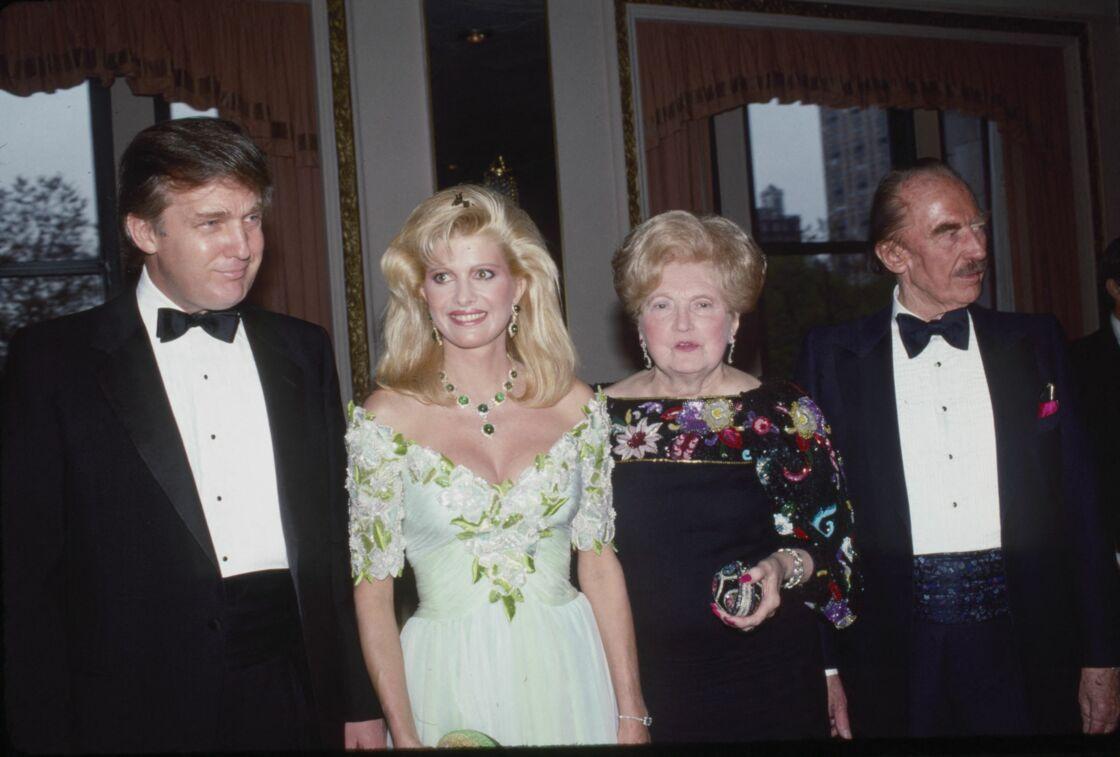 Donald Trump, sa femme Ivana Trump, et ses parents Mary Anne et Fred Trump Sr., en 1987,  lors du PAL Dinner au Plaza Hotel à New York.