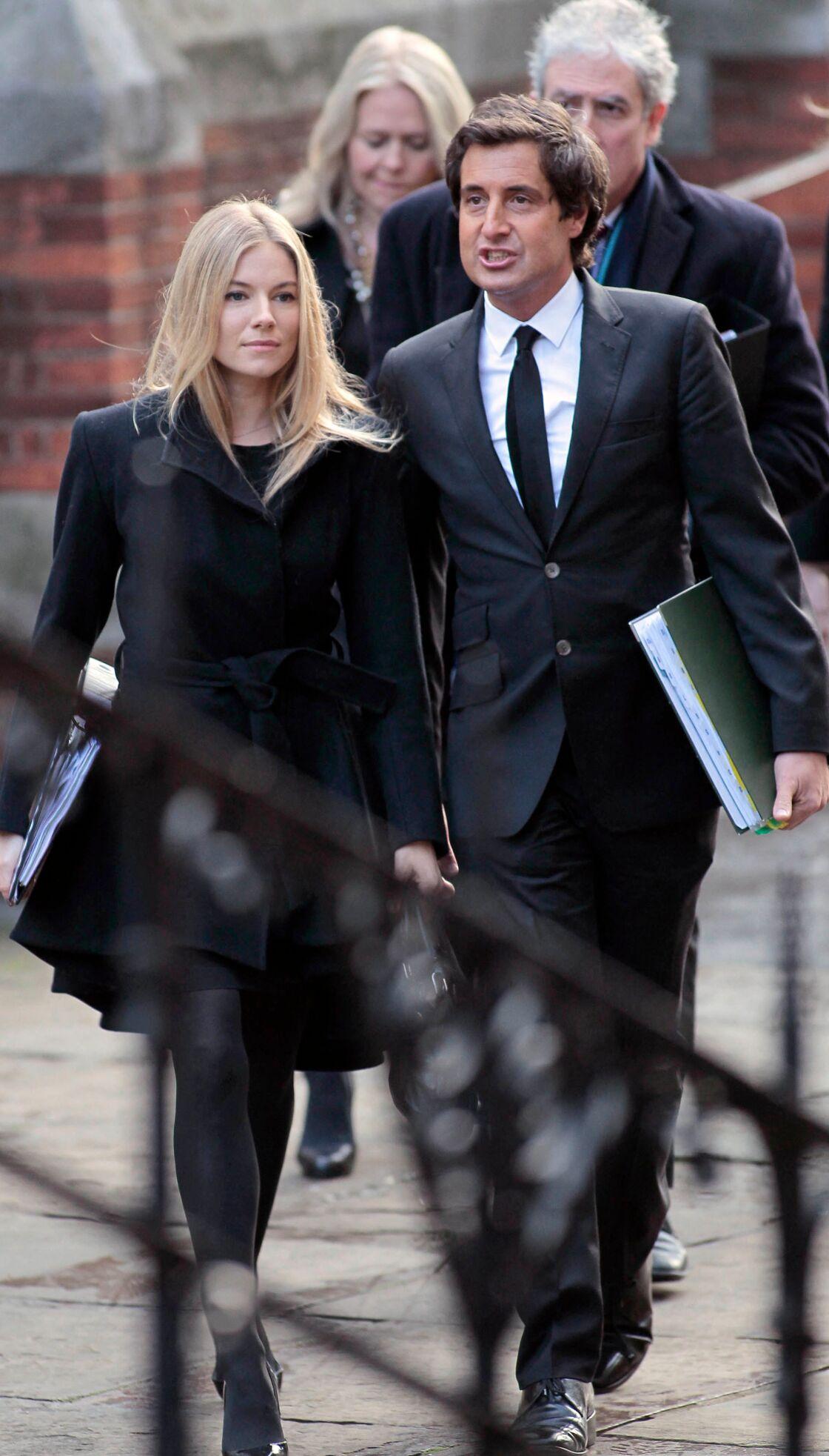 Sienna Miller et David Sherborne à la Haute cour de justice britannique le 24 novembre 2011.