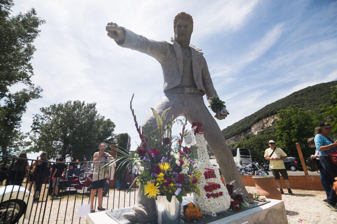 Les fans de Johnny Hallyday découvrent la statue de leur idole sur le terrain du restaurant