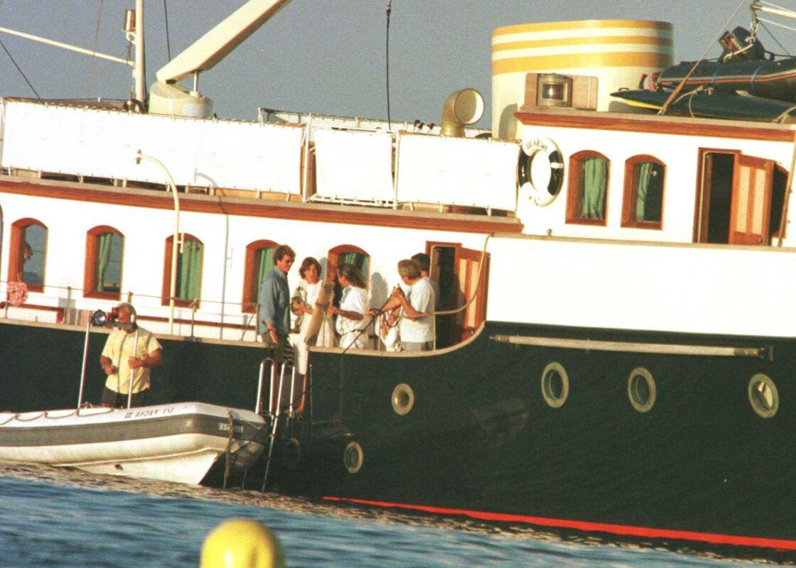 Ernst de Hanovre et Caroline de Monaco à bord du Pacha III, à Saint-Tropez, le 30 juillet 1998.