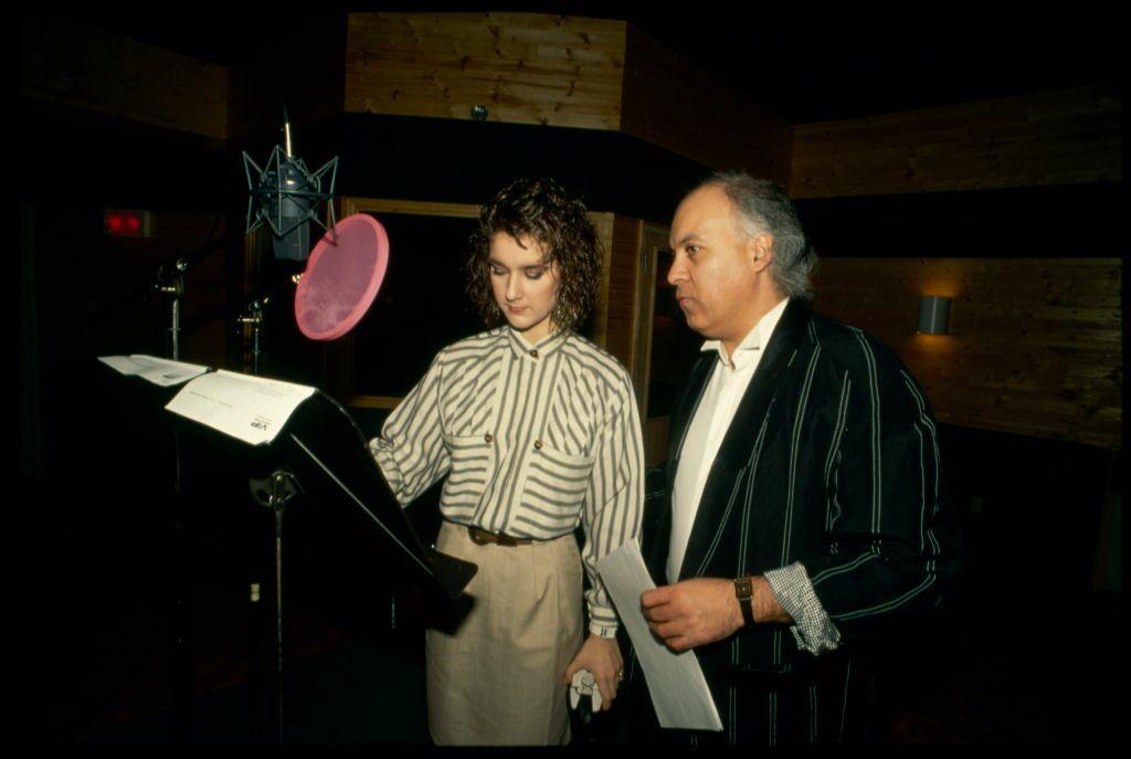 Céline Dion, toujours en 1988, managée par René Angélil en pleine séance d'enregistrement. A 46 ans, l'imprésario a déjà été marié deux fois, est père de trois enfants de la même génération que Céline, mais il n'a plus d'yeux que pour la chanteuse.