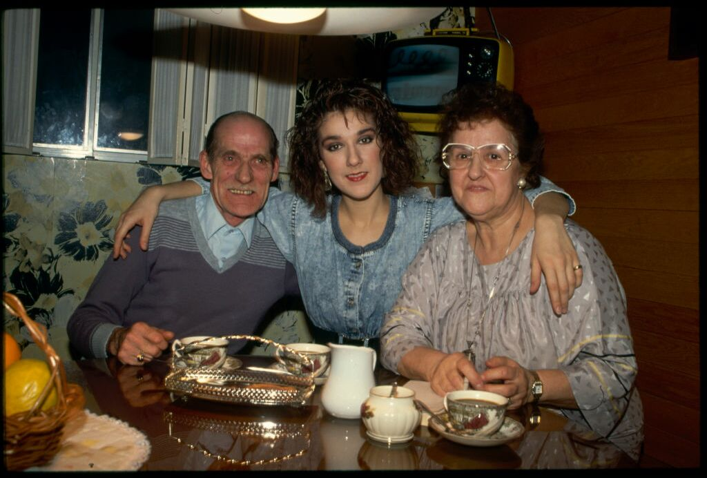 Céline Dion aux côtés de ses parents, Adhemar et Thérèse, en 1988. L'adolescente découverte par René Angélil à 12 ans est devenue une jeune femme. Elle a 20 ans et plus rien, ni personne ne lui résiste.