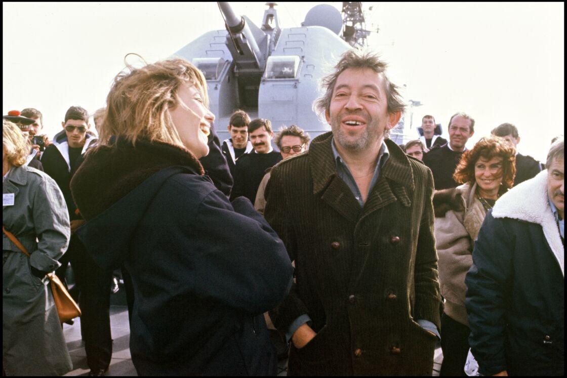 Jane et Serge réunis sur un bateau de la marine française pour une émission en 1984. Il vient de lui offrir l'album