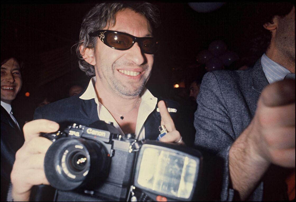 Serge Gainsbourg fraîchement séparé de Jane Birkin, en 1981. Lunettes noires en pleine nuit, gitane à la main...