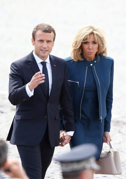 Brigitte et Emmanuel Macron rejoignant la tribune présidentielle pour le défilé du 14 juillet 2017.