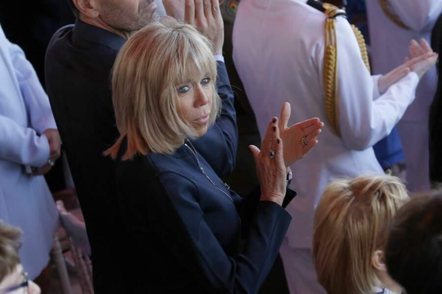 De même, ce 14 juillet 2016, Brigitte Macron n'arbore pas encore son célèbre brushing, gonflé par des extensions, et son blond est plus cendré.