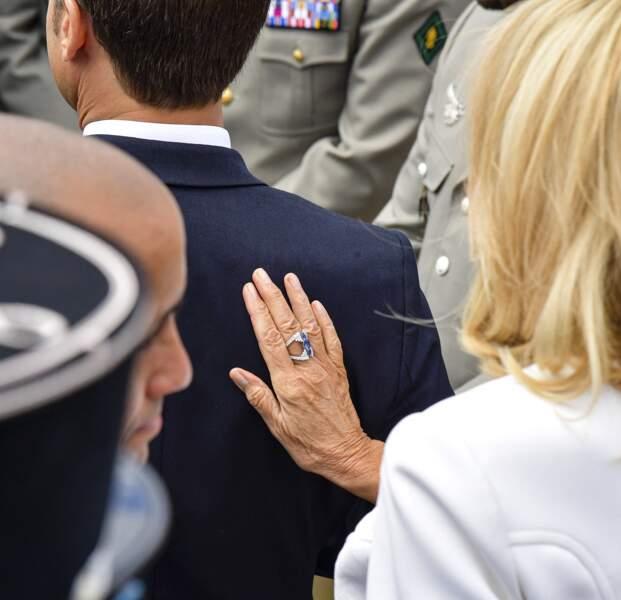 """Autre """"fantaisie"""" assumée par Brigitte Macron ce 14 juillet 2019 : une bague double étincelante, un modèle XXL comme elle les aime."""