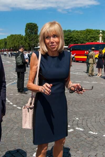 Autre détail remarqué sur Brigitte Macron ce 14 juillet 2016 : sa manucure rouge sombre, une couleur à laquelle elle préfère désormais les bases neutres.