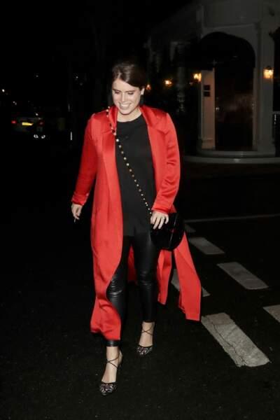 La princesse Eugenie d'York craque pour un slim en cuir noir associé à long manteau rouge fluide le 9 juillet 2020.