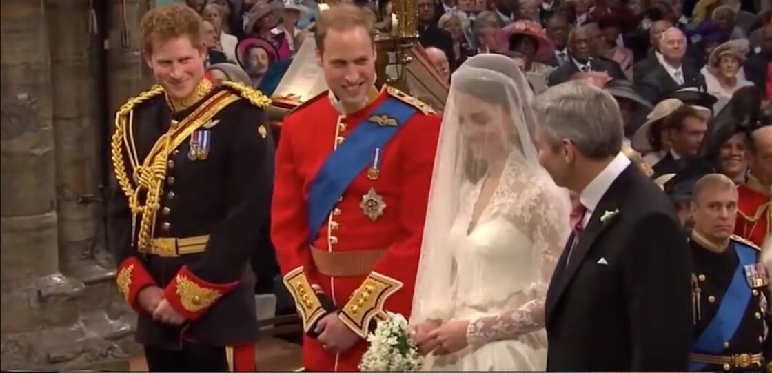 Le prince Harry, le prince William, Kate Middleton, et son père, devant l'autel, le 29 avril 2011.