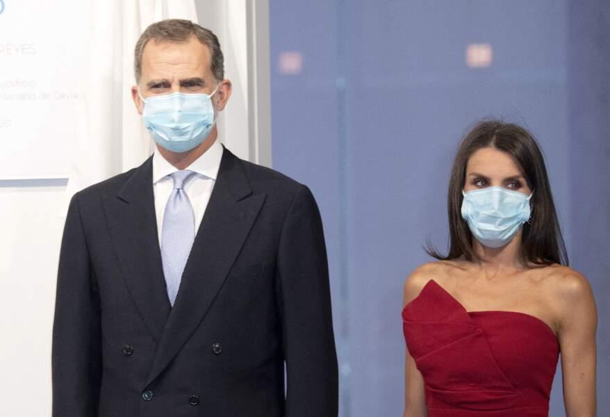 Le roi Felipe VI et Letizia d'Espagne se protègent du coronavirus en portant un masque