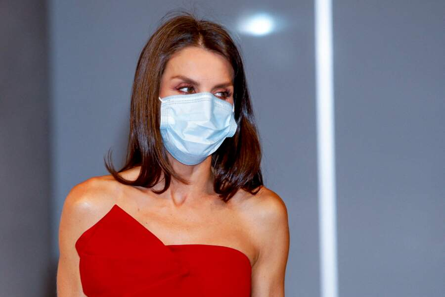 La reine Letizia d'Espagne, chic même avec un masque