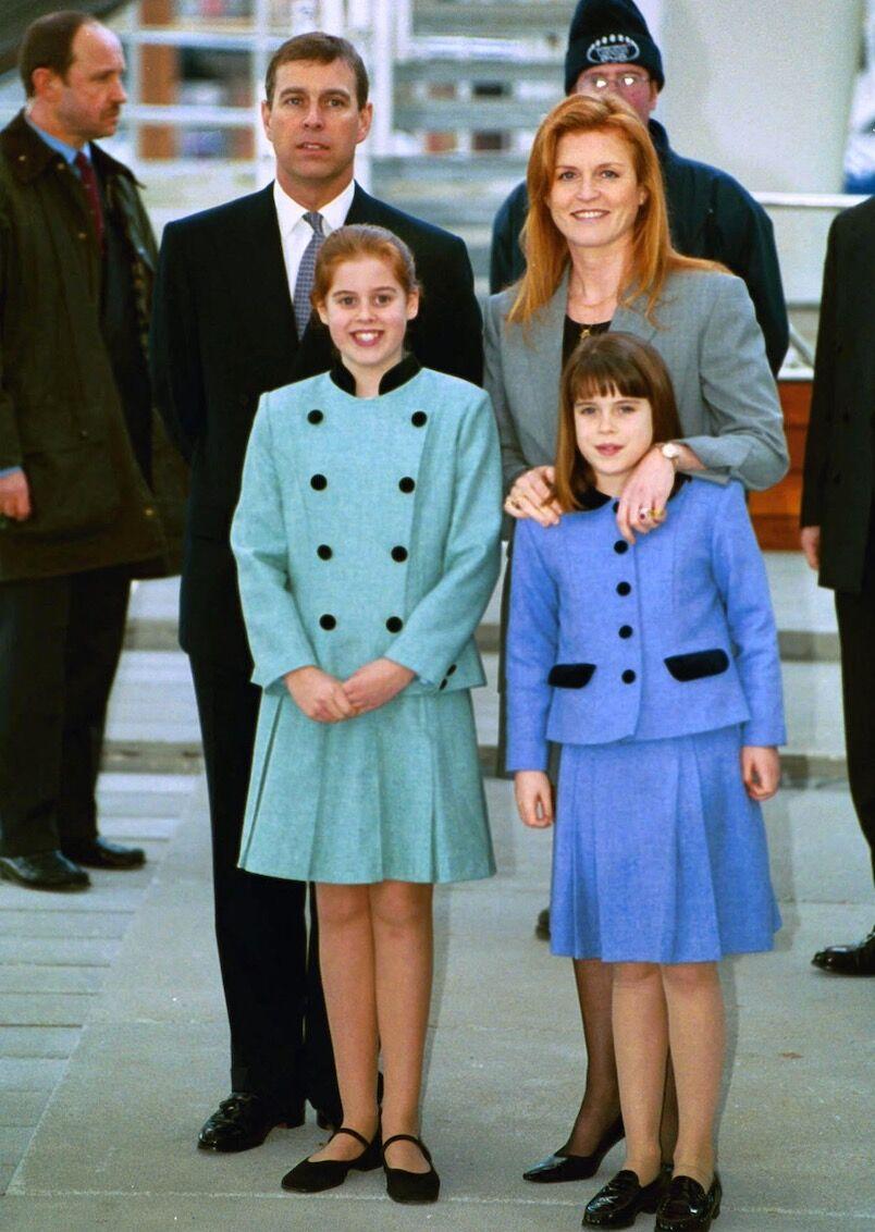 Sarah et Andrew, avec leurs filles Béatrice et Eugenie, en 2002. Les deux princesses ont contribué à ce qu'ils maintiennent des liens, malgré leur divorce en 1996.
