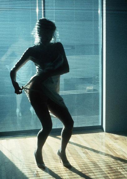 Kim Basinger dans la fameuse scène de strip-tease chorégraphiée sur le tube de