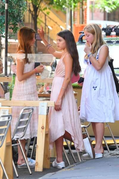 Suri Cruise et deux amies masques en main, dans le quartier de West Village à New York, le 15 juillet 2020