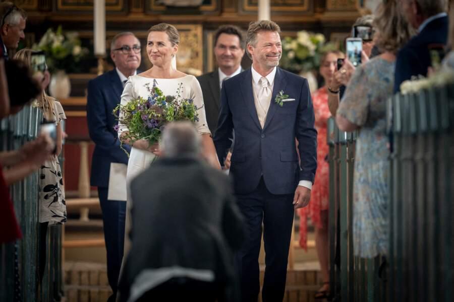 """La Première ministre danoise et son mari quittent l'église de Magleby où ils ont pu enfin se dire """"oui""""."""