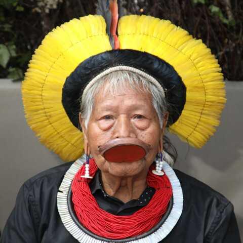 Le chef indien Raoni, 90 ans, hospitalisé d'urgence au Brésil