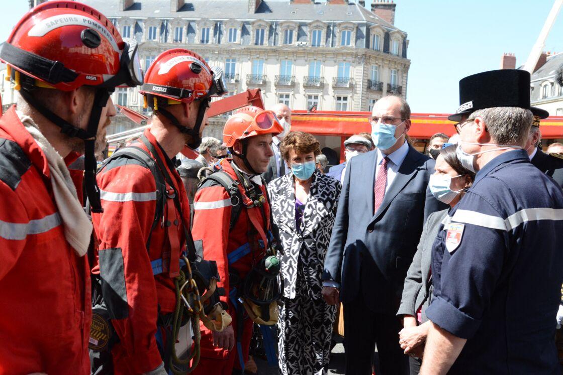 Roselyne Bachelot et Jean Castex avec les pompiers, à Nantes , le 18 juillet 2020