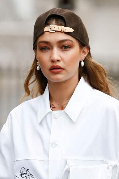 Gigi Hadid réhabilite la casquette chez Louis Vuitton
