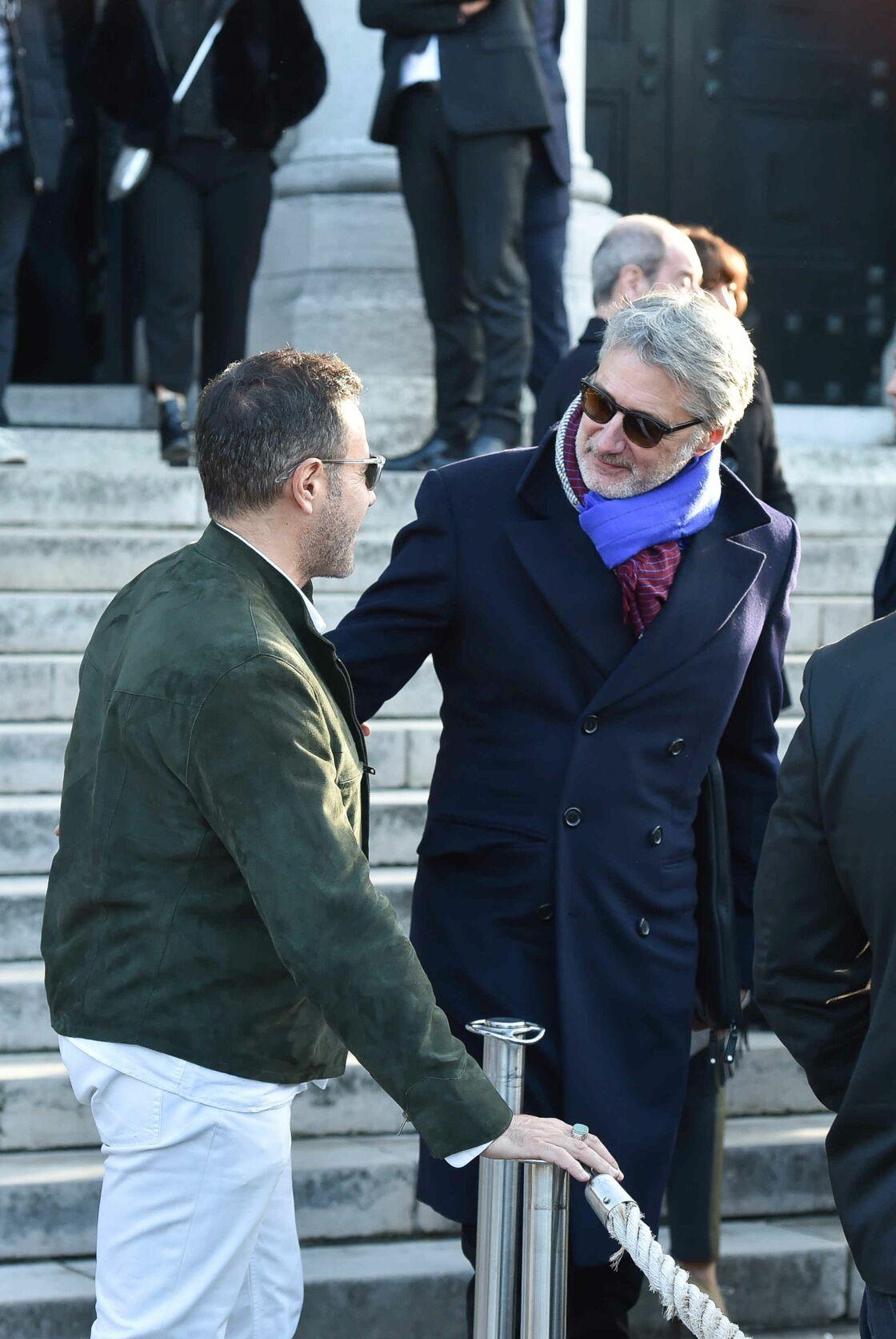 Antoine de Caunes pas peu fier de sa blague en découvrant José Garcia tout de blanc vêtu, aux obsèques de Philippe Gildas, en novembre 2018.