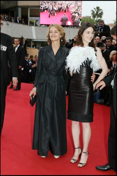 Charlotte Gainsbourg lors de ses premiers Cannes, en robe en cuir en 2005.