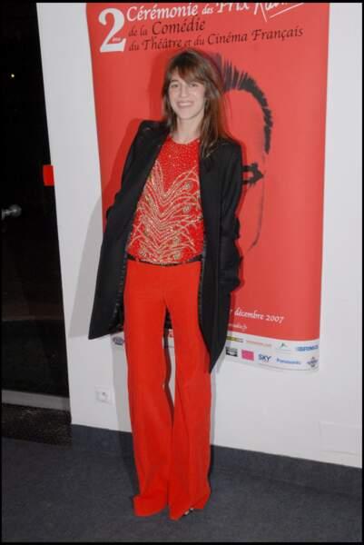 Charlotte Gainsbourg en rouge et noir en 2007.