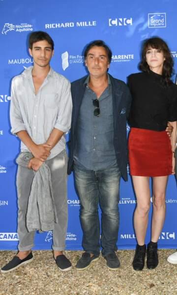 Charlotte Gainsbourg  adore le rouge et le noir et les jupes courtes. Ici avec Yvan Attal et leur fils, Ben, le 20 août 2019.