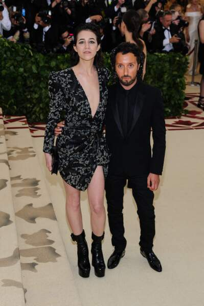 Charlotte Gainsbourg en total look Saint-Laurent par Anthony Vaccarello, le créateur avec qui elle prend la pose au gala du Met le 7 mai 2018.