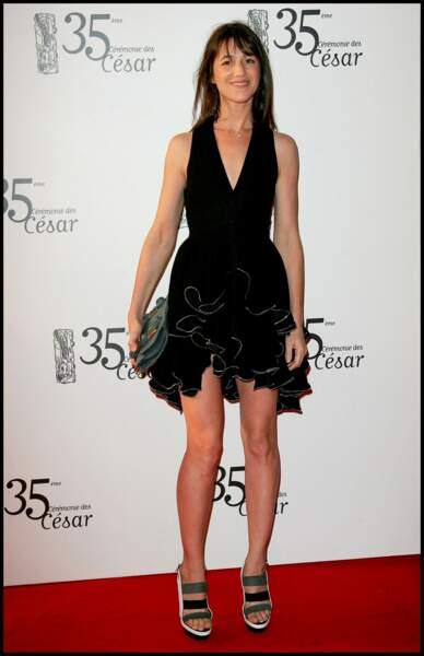 En robe noire et courte et talons, Charlotte Gainsbourg en 2010 aux César.