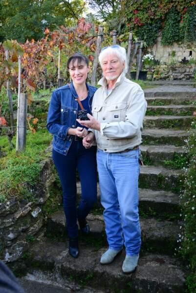Toujours marié à Hélène Faure, Hugues Aufray partage également sa vie avec Muriel depuis 2005