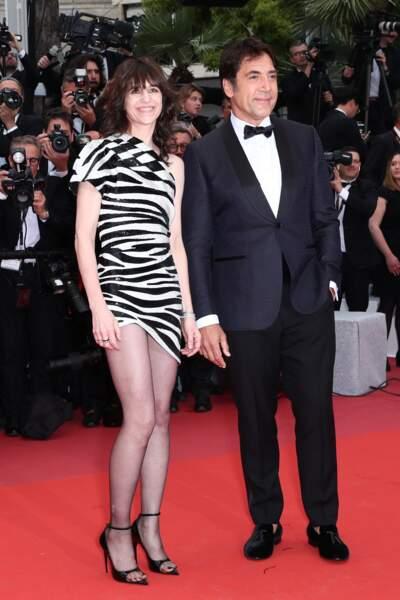 Charlotte Gainsbourg ( avec Javier Bardem à Cannes en 2019) : elle dévoile ses jambes dans sa robe zébrée.