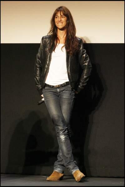 Charlotte Gainsbourg avec ses basiques : perfecto en cuir, jean et t-shirt blanc en 2006.