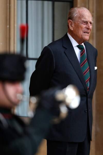 Pour ce rare engagement public depuis sa retraite en 2017, le prince Philip est apparu vêtu d'une cravate verte et rouge et d'un costume de la marine.