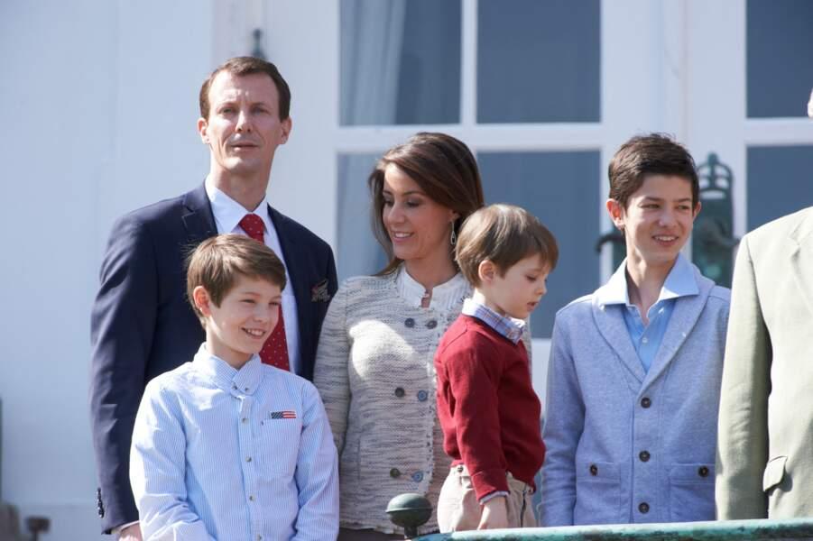 Le prince Joachim de Danemark, la princesse Marie de Danemark et leurs enfants les princes Nikolai, Felix, et Henrik de Danemark le 16 avril 2014