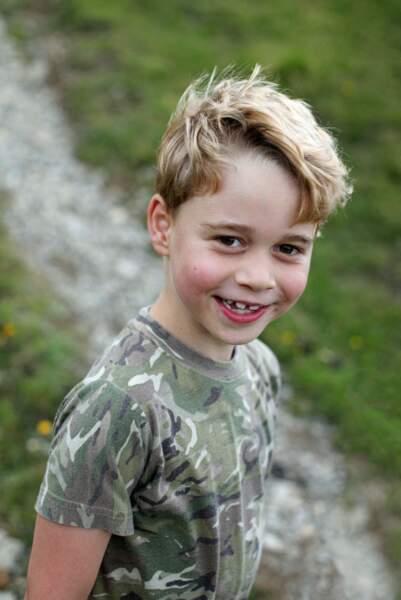 Prince George a 7 ans le 22 juillet 2020et porte un polo camouflage dans une photo prise par sa mère, Kate Middleton.