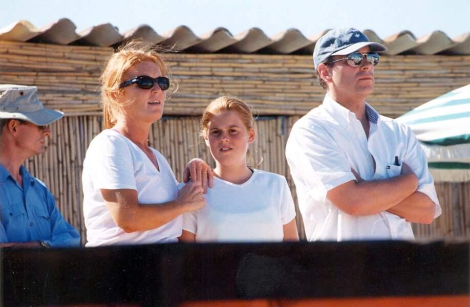 Sarah Ferguson, avec la princesse Beatrice et le prince Andrew, lors de vacances à Saint-Tropez, en juillet 2000.