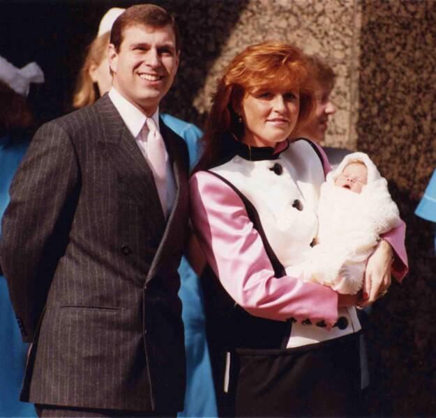 Le prince Andrew et Sarah Ferguson posent avec leur petite fille Eugenie, en mars 1990.