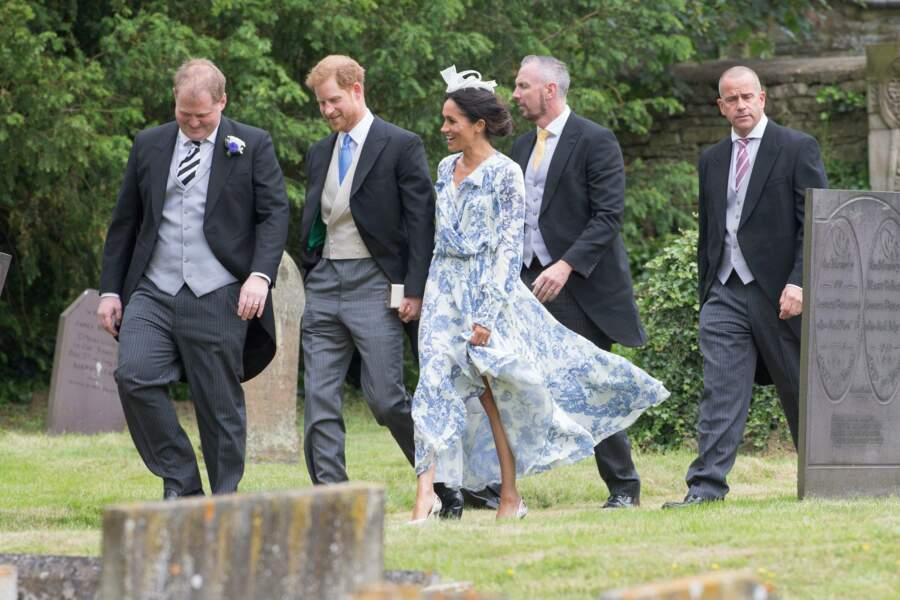 La robe fluide et imprimée toile de Jouy oscar de la Renta, portée par Meghan Markle au mariage de Celia McCorquodale, le 1er juillet 2018.
