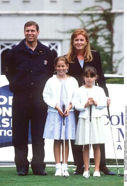 Le prince Andrew et Sarah Ferguson, avec leurs deux filles, lors d'un tournoi de golf, en août 1998.