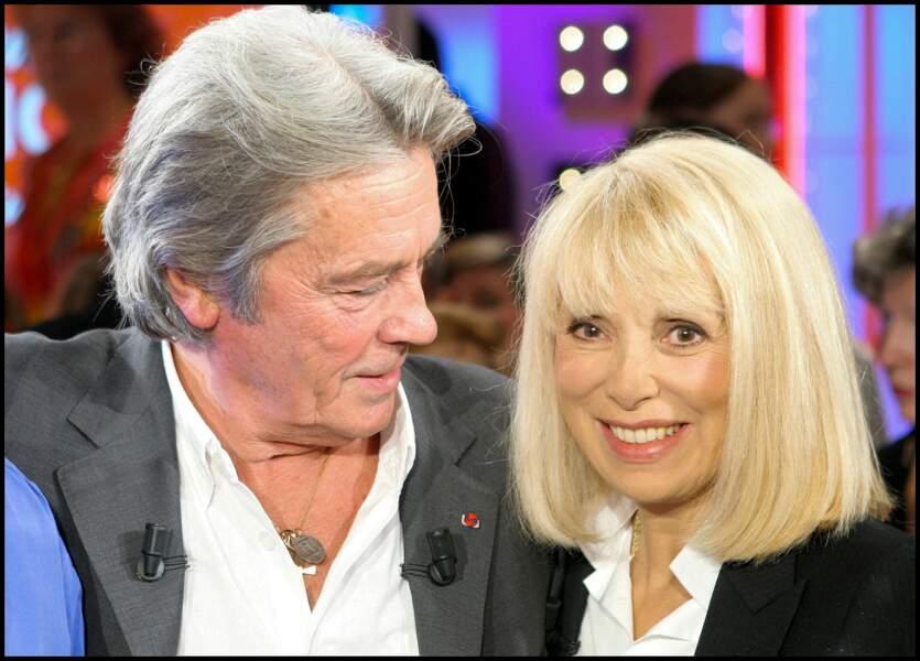 """Mireille Darc et Alain Delon sur le plateau de """"Vivement Dimanche"""" en 2005"""