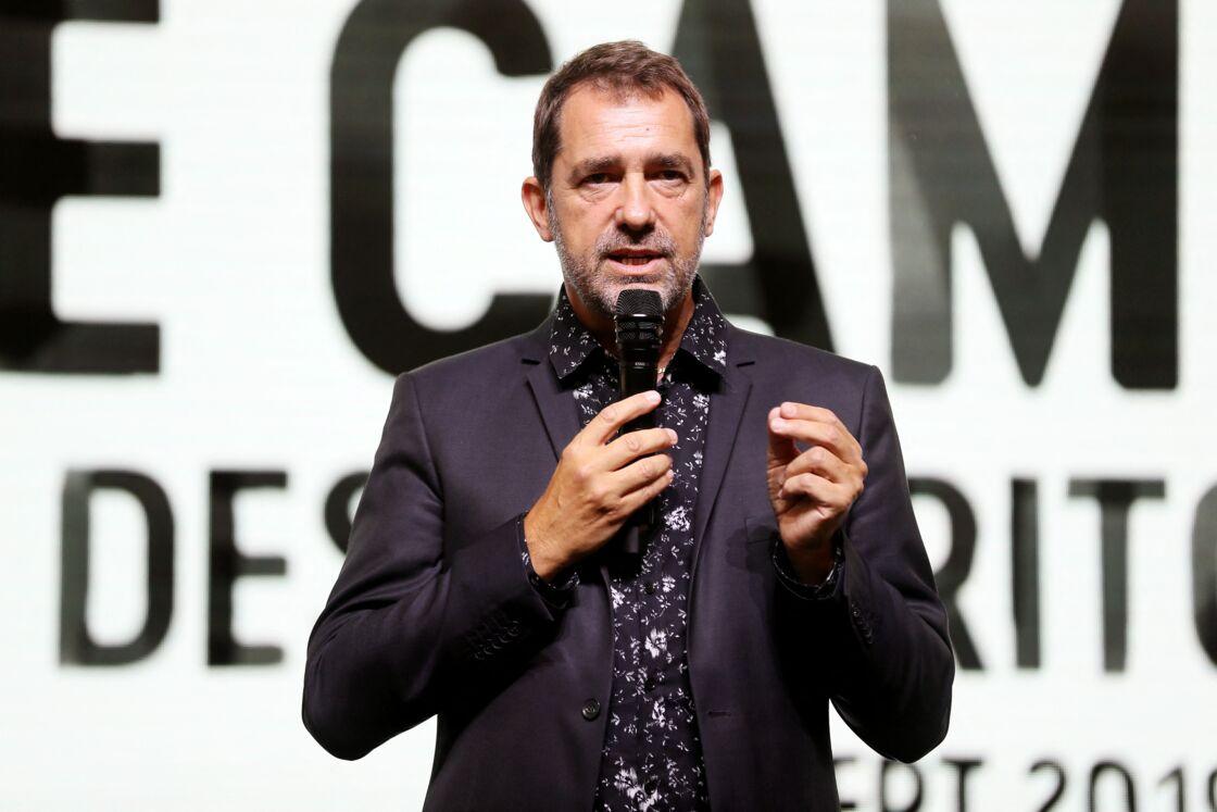 Christophe Castaner en chemise à fleurs