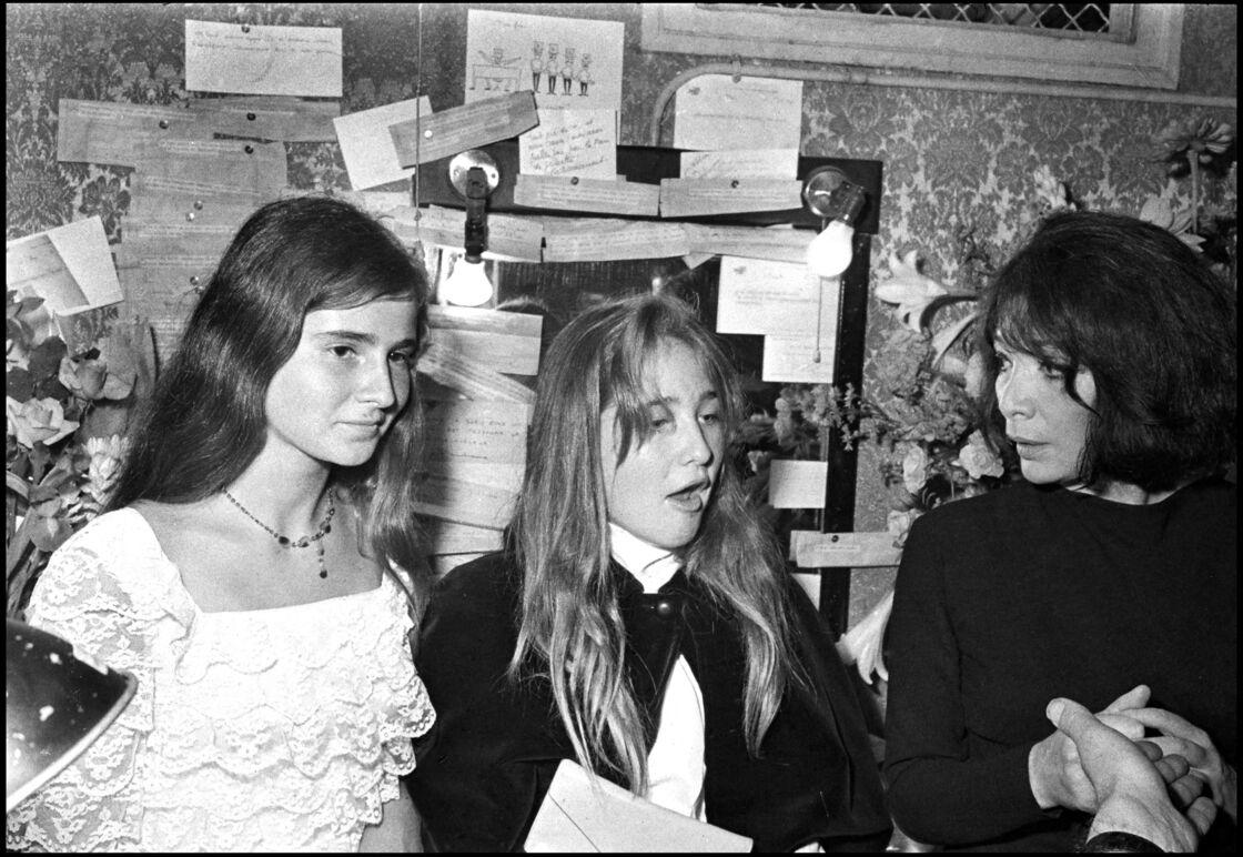 Juliette Gréco après un concert avec sa fille Laurence et la fille de Michel Piccoli, Anne Cordelia