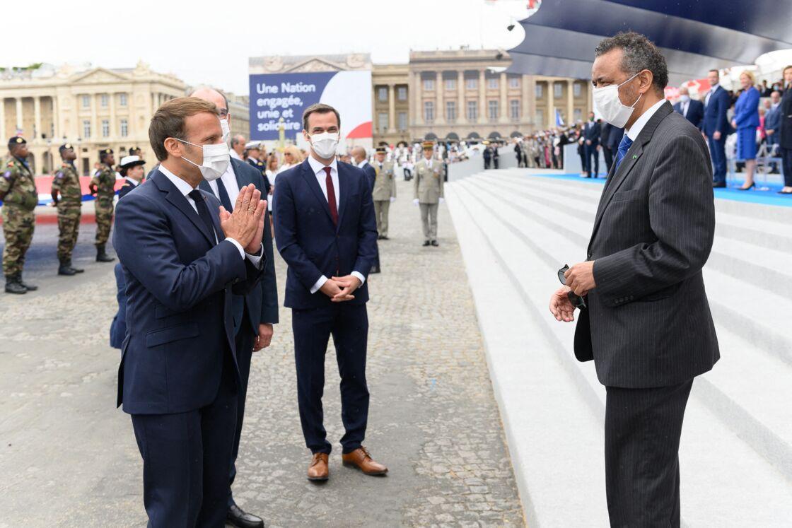 Le président Emmanuel Macron, le Dr Tedros Adhanom Ghebreyesus, directeur général de l'OMS, Olivier Véran, ministre de la santé lors de la cérémonie du 14 juillet à Paris le 14 juillet 2020.