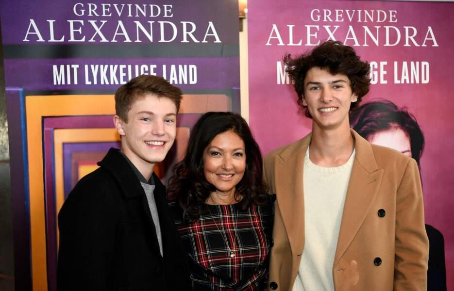Le prince Felix et le prince Nikolai, avec leur mère, Alexandra Manley, le 1er octobre 2018.
