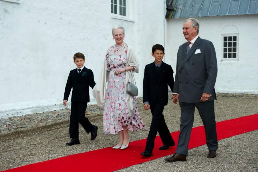 La reine Margrethe II, le prince Henrik, et leurs petit-fils Felix et Nikolai, lors du baptême de la princesse Athena, le 20 mai 2012.