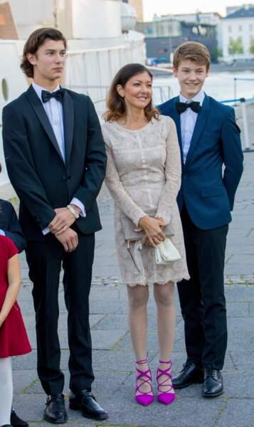 Le prince Nikolai et le prince Felix, avec leur mère, Alexandra de Danemark, le 28 août 2017, pour l'anniversaire de Nikolai.