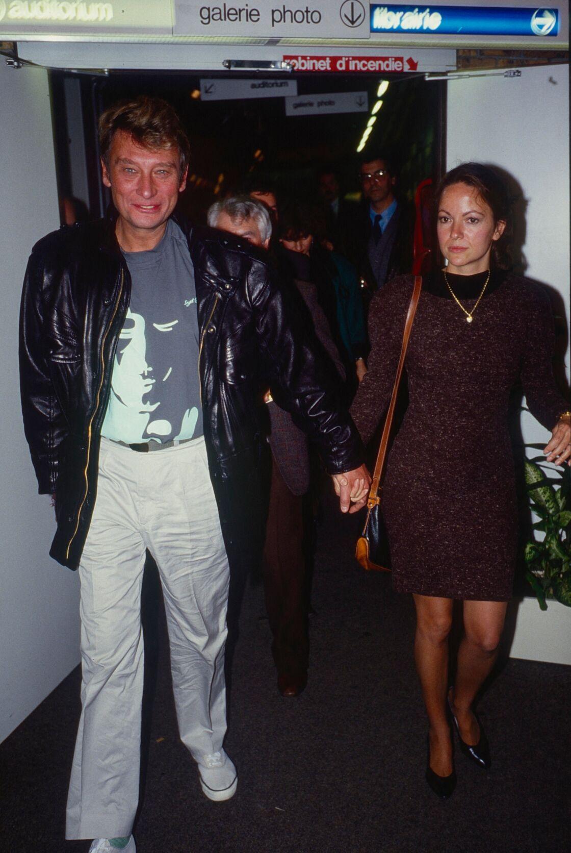 Johnny Hallyday et Gisèle Galante, main dans la main, lors d'une soirée en février 1988.