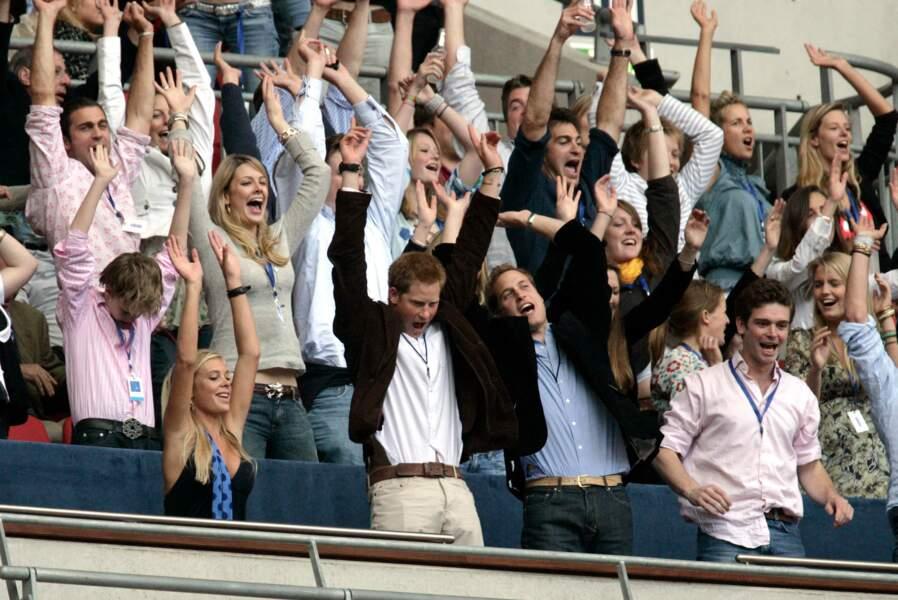 10 ans après la mort de leur mère Lady Diana, Harry et William célèbrent en musique sa mémoire comme ici au stade de Wembley à Londres en 2007.