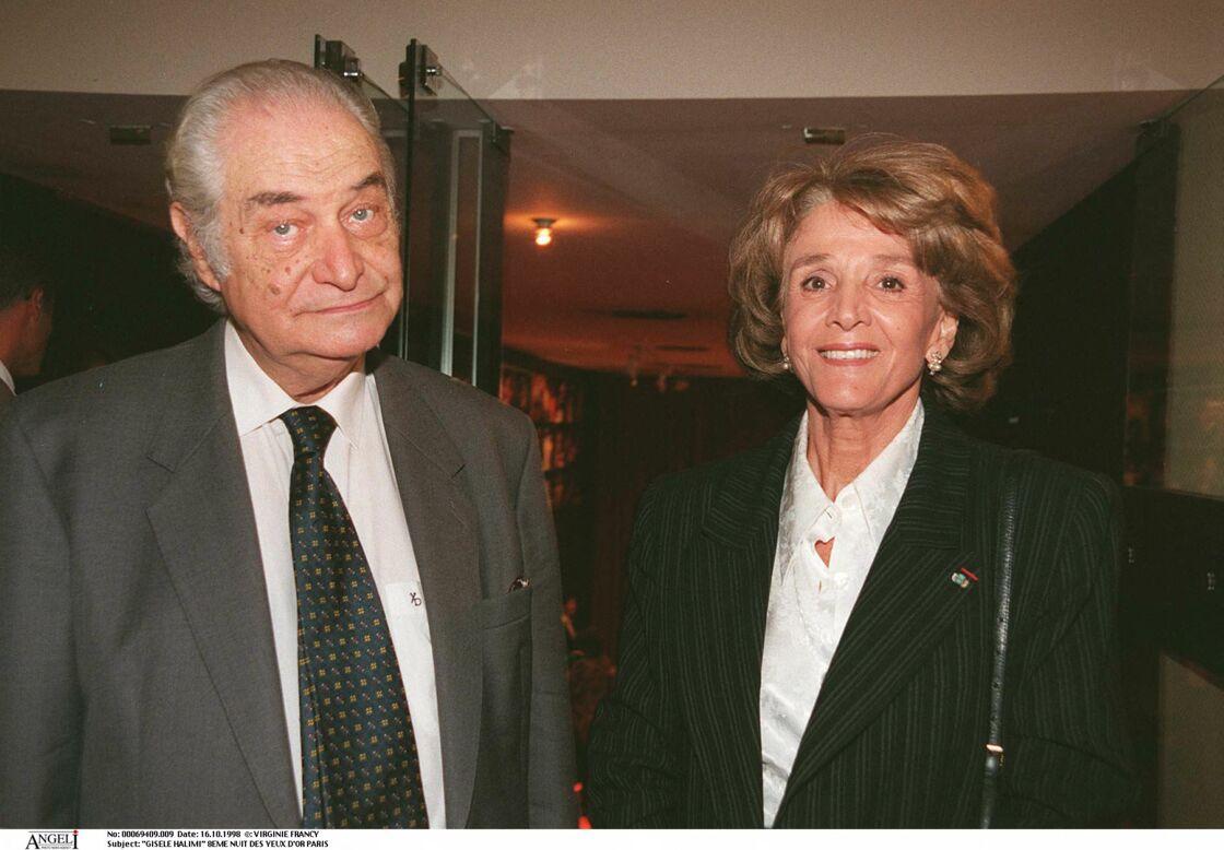 Gisèle Halimi pose tout sourire au côté de son mari Claude Faux, en 1998.